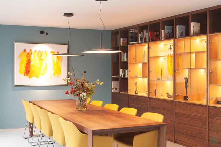 Restyling complete woning:  Eetkamer door VAN SCHIE ARCHITECTEN, Modern