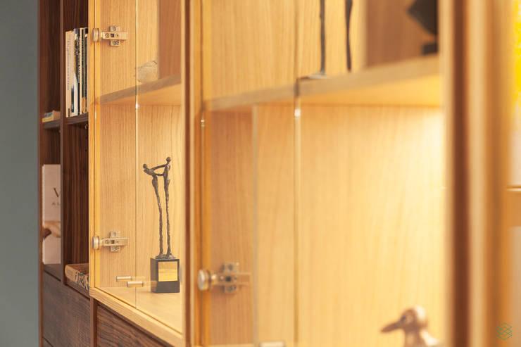 Restyling complete woning:  Woonkamer door VAN SCHIE ARCHITECTEN, Modern