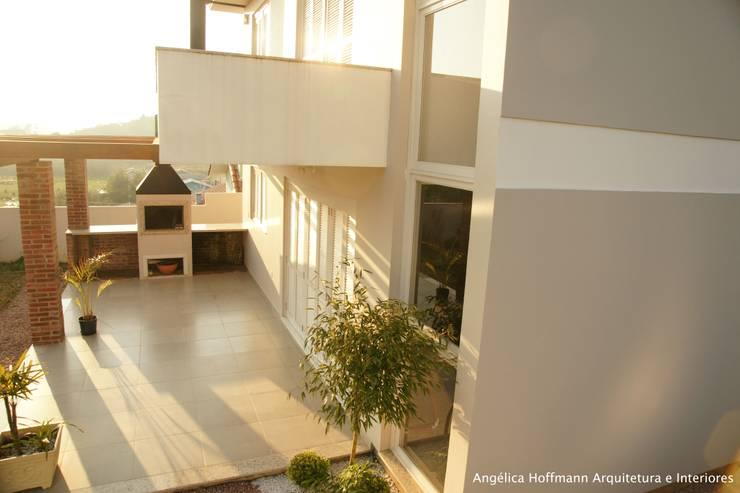 Casas de estilo moderno por Angelica Hoffmann Arquitetura e Interiores