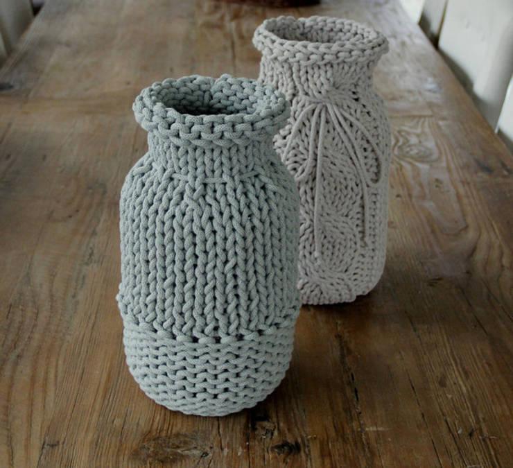 Wazon ubrany w sznurek bawełniany miętowy: styl , w kategorii Salon zaprojektowany przez Manufaktura pracownia artystyczna