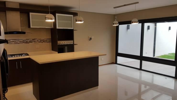 Kitchen by Arquitecto Oscar Alvarez
