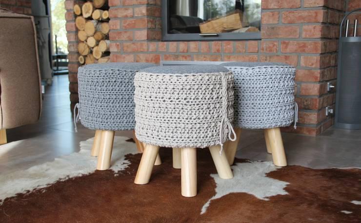 Stołki z siedziskiem ze sznurka i filcu: styl , w kategorii Salon zaprojektowany przez Manufaktura pracownia artystyczna