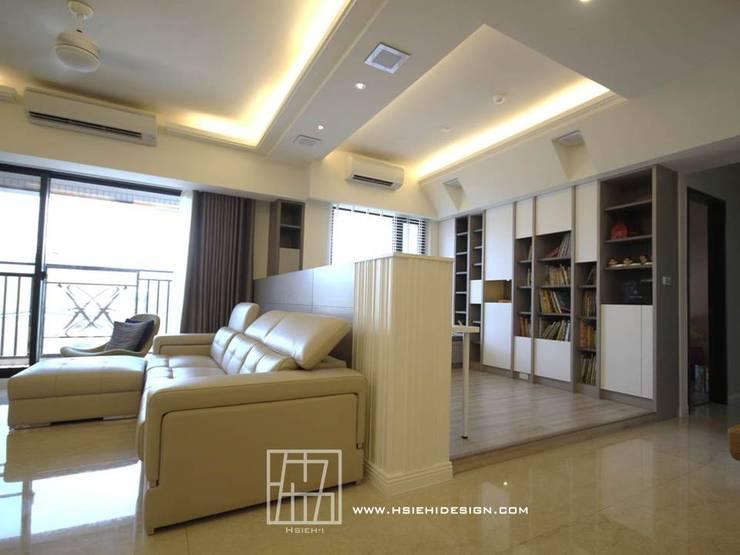半高牆區隔空間:  客廳 by 協億室內設計有限公司