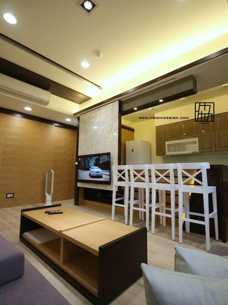 電視牆連接吧檯:  客廳 by 協億室內設計有限公司