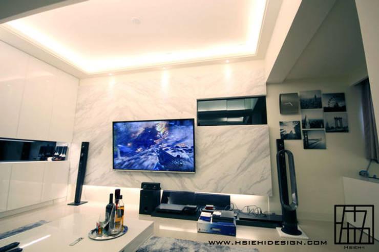 電視牆:  客廳 by 協億室內設計有限公司