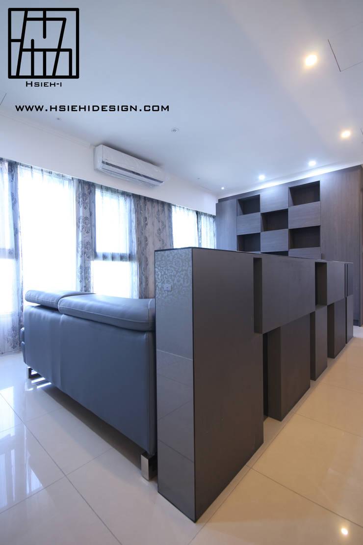 半高牆:  客廳 by 協億室內設計有限公司