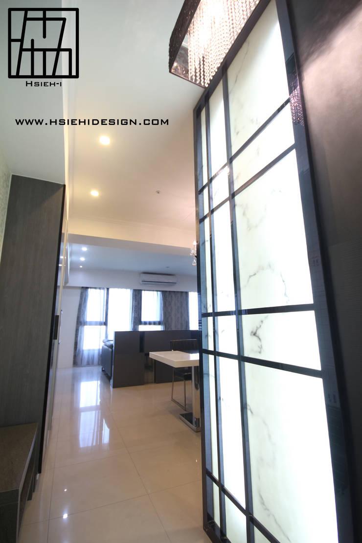 玄關隔屏設計:  走廊 & 玄關 by 協億室內設計有限公司