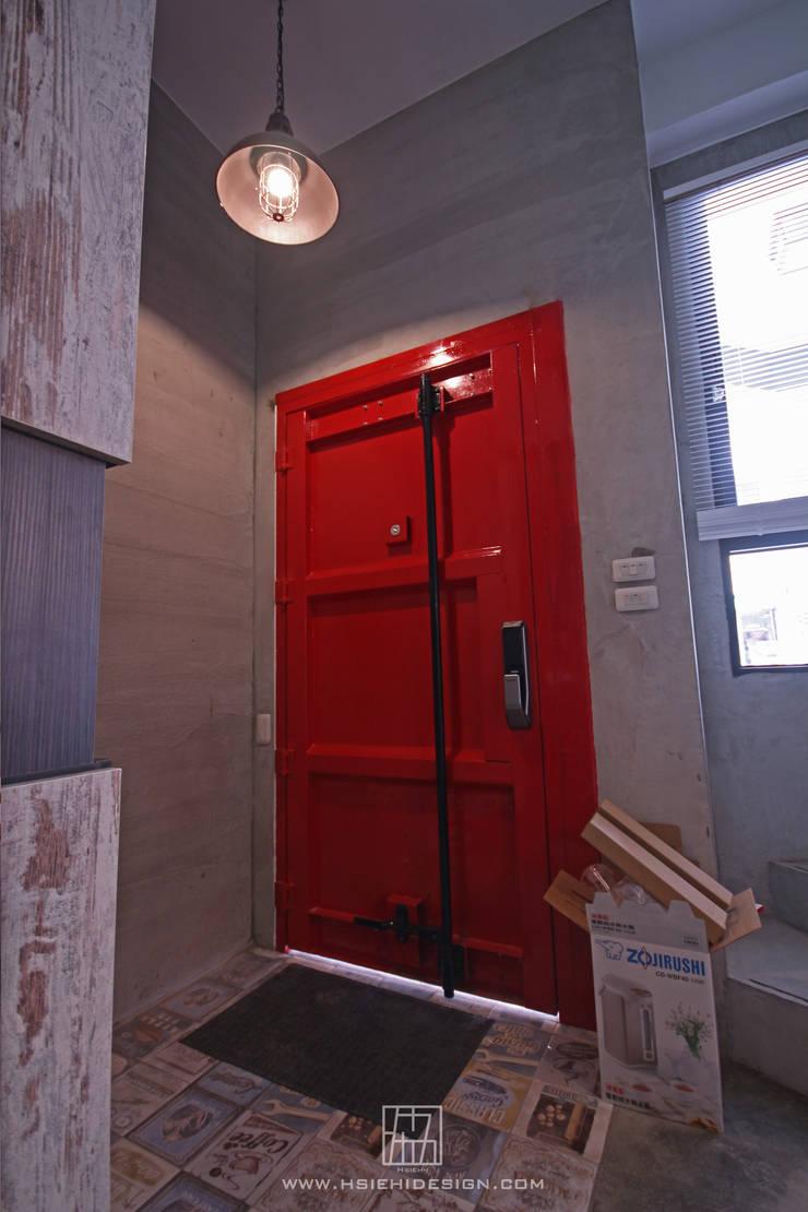 玄關大門:  窗 by 協億室內設計有限公司