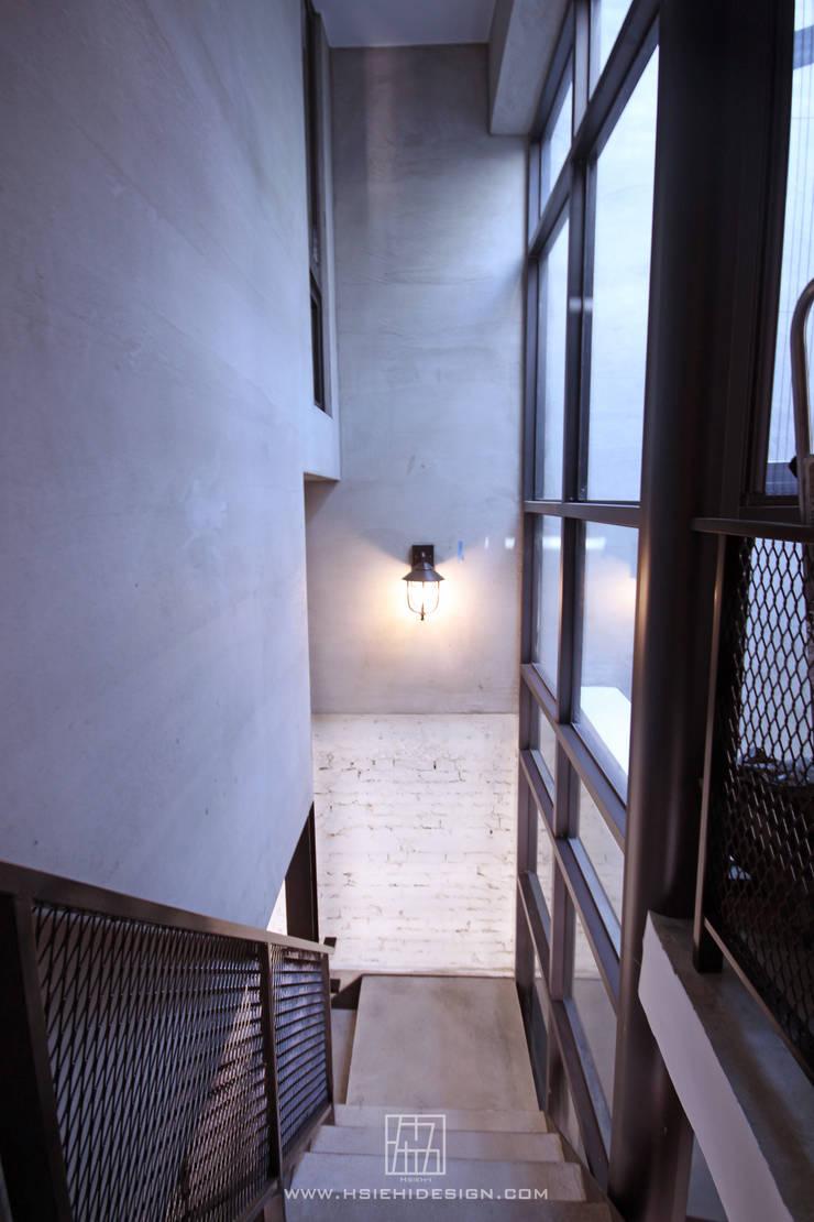 樓梯天井:  走廊 & 玄關 by 協億室內設計有限公司