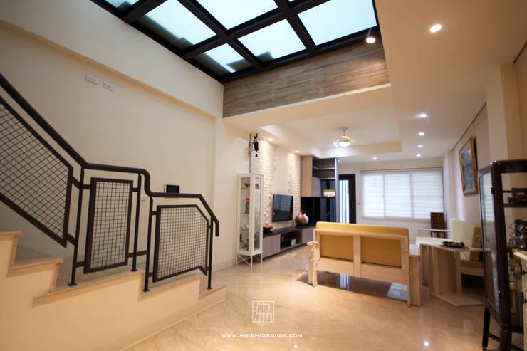 客廳天井:  客廳 by 協億室內設計有限公司