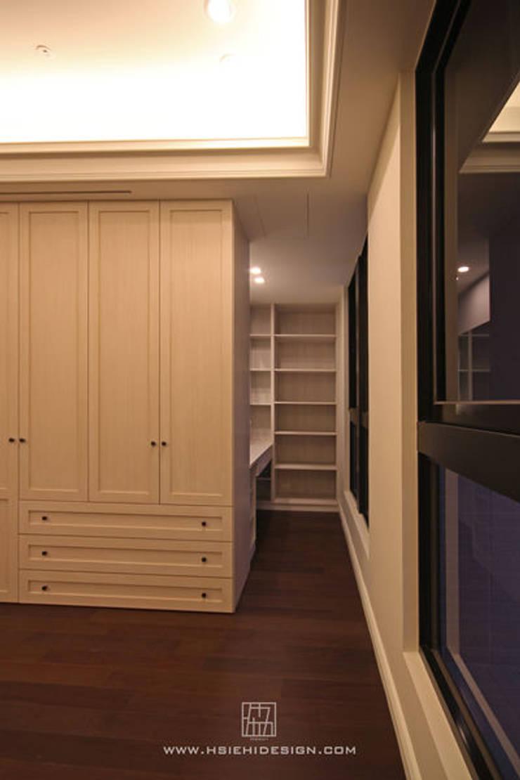 主臥室衣櫃與梳妝室:  更衣室 by 協億室內設計有限公司