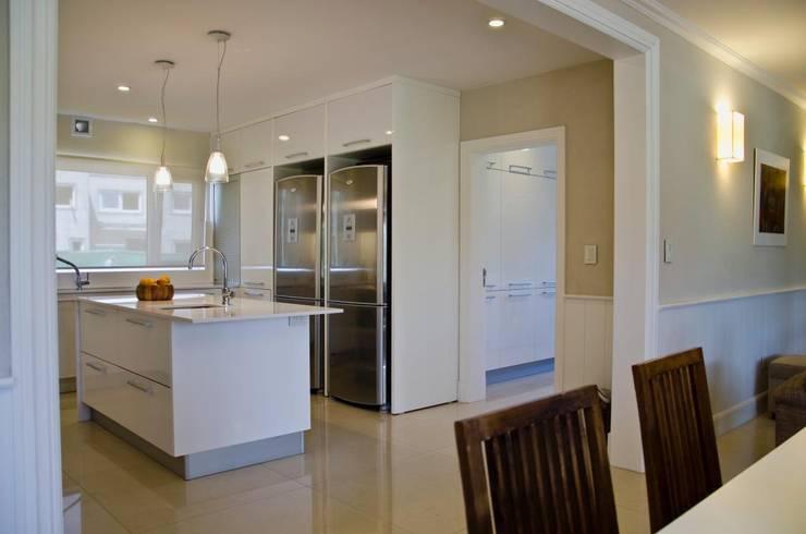 IMPECABLEMENTE CLASICA: Cocinas de estilo  por LLACAY arquitectos
