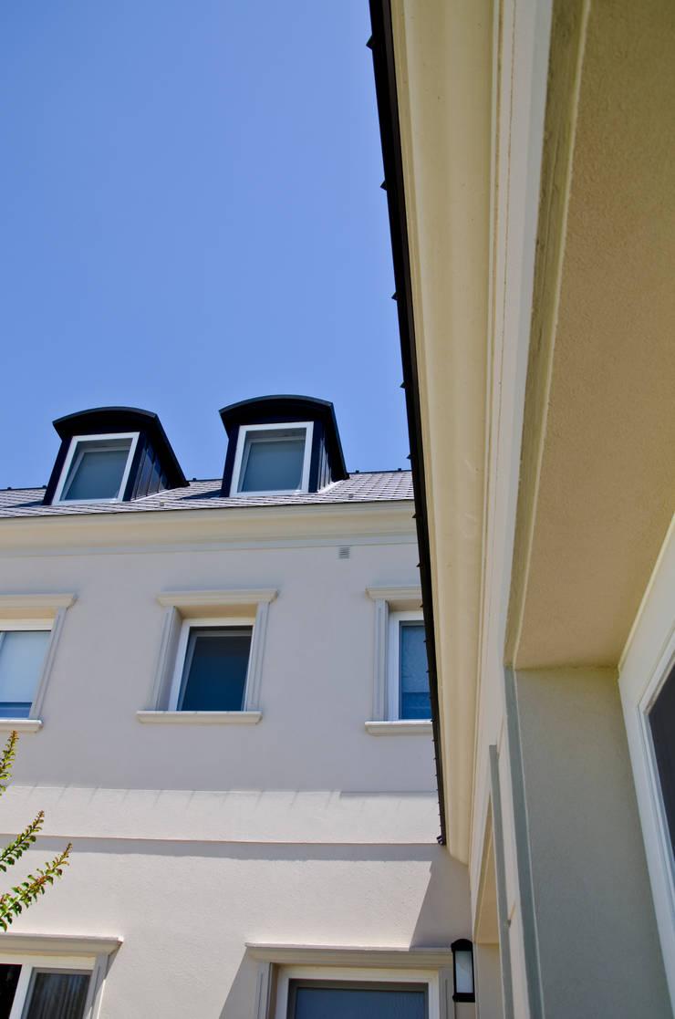 IMPECABLEMENTE CLASICA: Casas de estilo  por LLACAY arquitectos