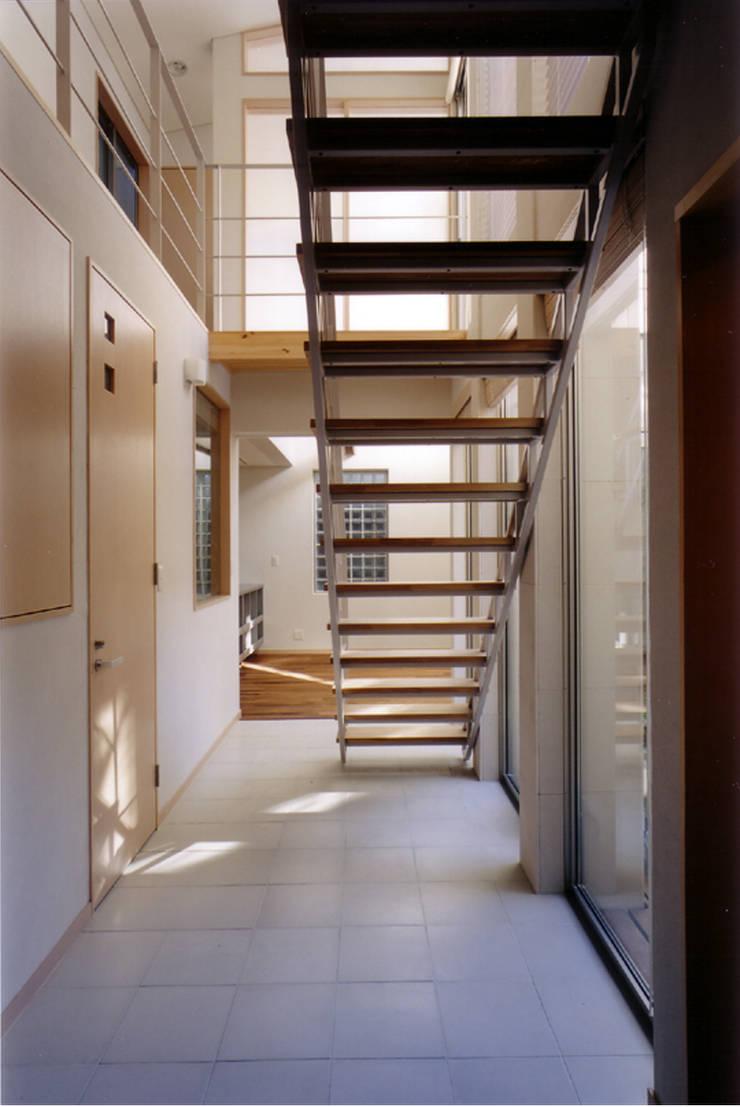玄関より廊下を見る 北欧スタイルの 玄関&廊下&階段 の 豊田空間デザイン室 一級建築士事務所 北欧