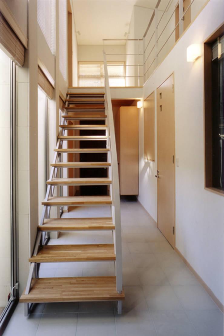 リビング側から階段を見返す 北欧スタイルの 玄関&廊下&階段 の 豊田空間デザイン室 一級建築士事務所 北欧