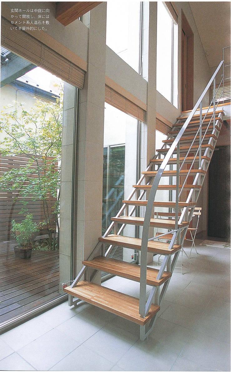 階段よりパティオを見る 北欧スタイルの 玄関&廊下&階段 の 豊田空間デザイン室 一級建築士事務所 北欧
