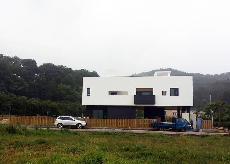 청유재 전경: 디자인랩 소소 건축사사무소의  주택