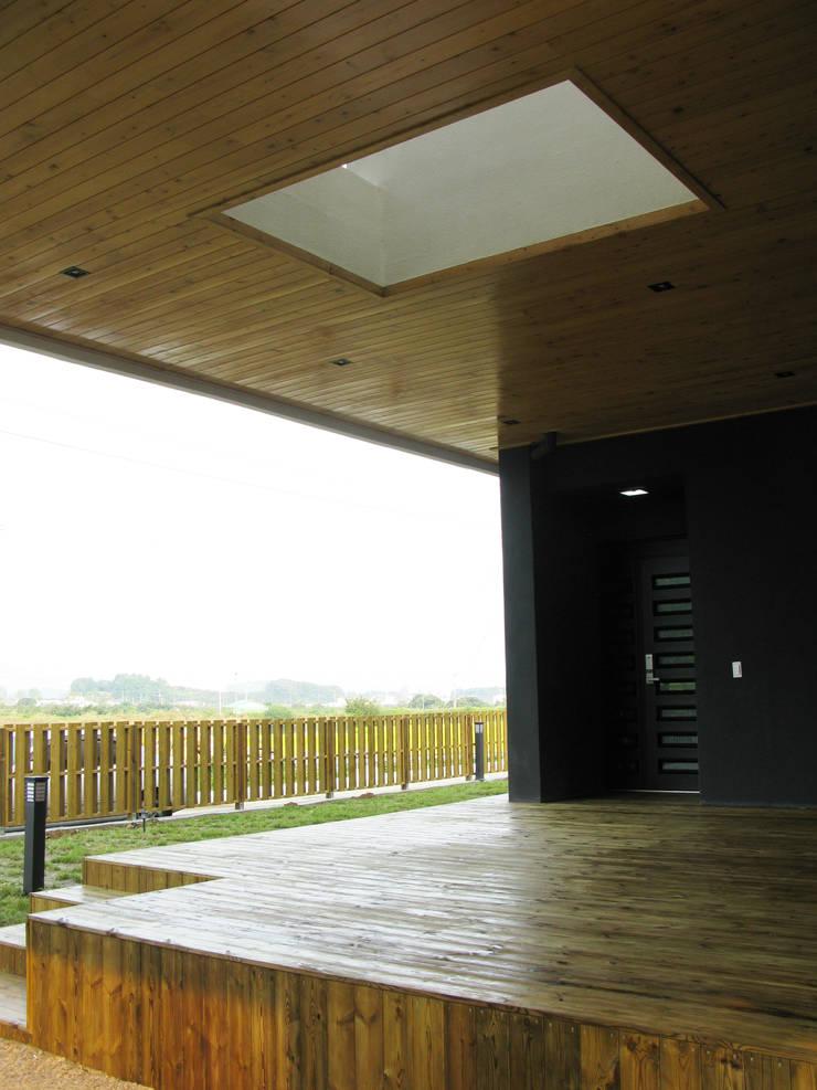 마루: 디자인랩 소소 건축사사무소의  베란다