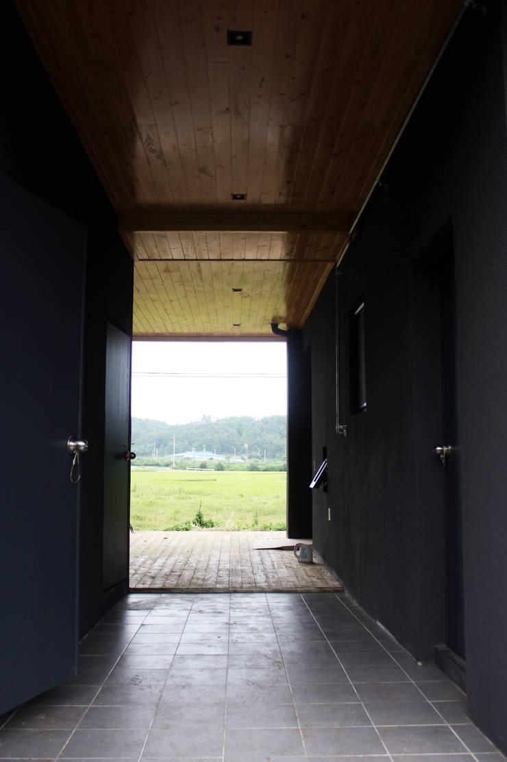 뒷마당에서: 디자인랩 소소 건축사사무소의  베란다