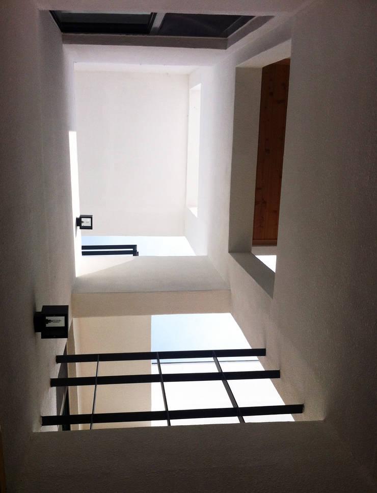 외부의 수직 보이드: 디자인랩 소소 건축사사무소의  베란다