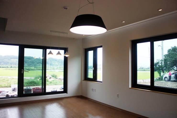 거실: 디자인랩 소소 건축사사무소의  거실