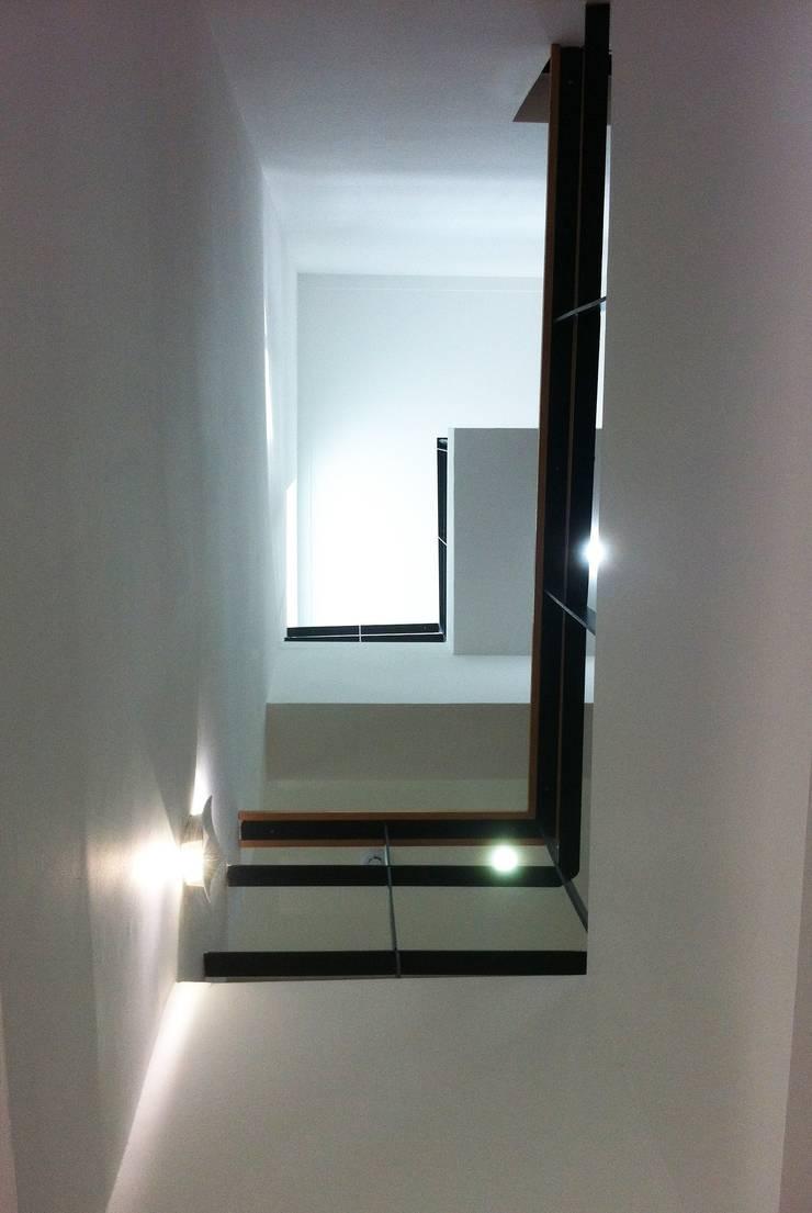 내부 보이드: 디자인랩 소소 건축사사무소의  복도 & 현관