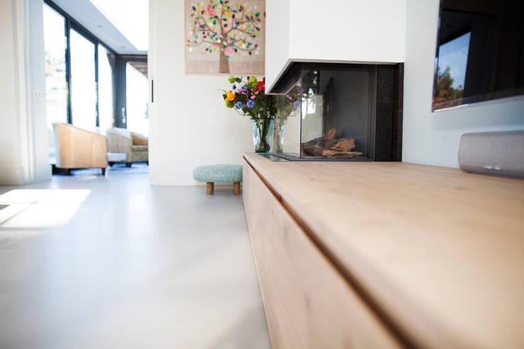 Keuken eiken hout gecombineerd met wit:   door Wood Creations