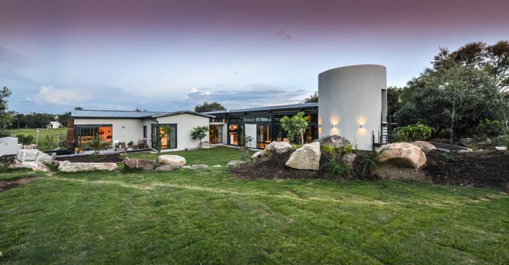 Casas de estilo  por Studious Architects