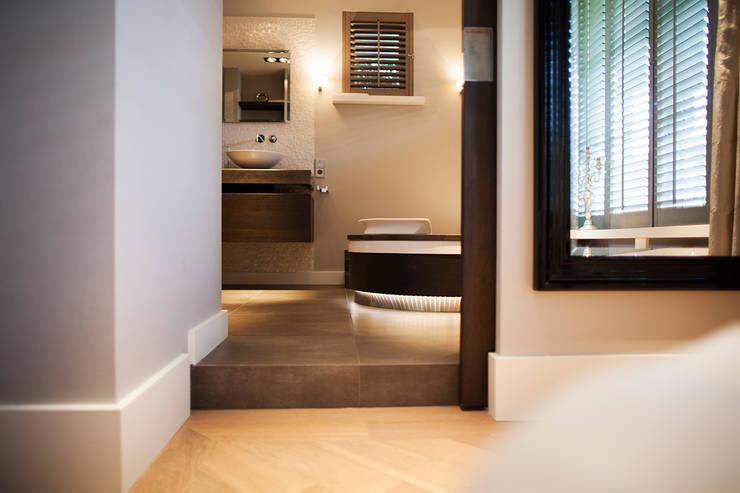 Gehele woonhuis landelijk chique:  Badkamer door Wood Creations