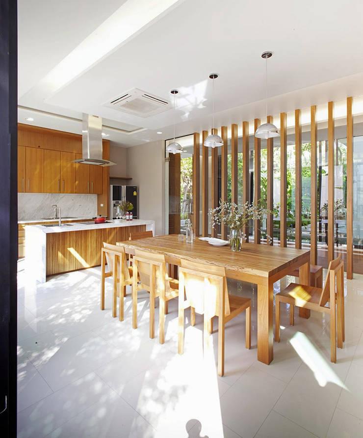 Mr.Sutach's residence:   by Autchawin Architect Co., Ltd.