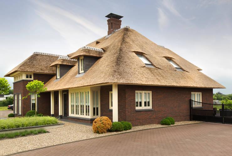 rietgedekte-villa-ontwerp:   door Arceau Architecten B.V.