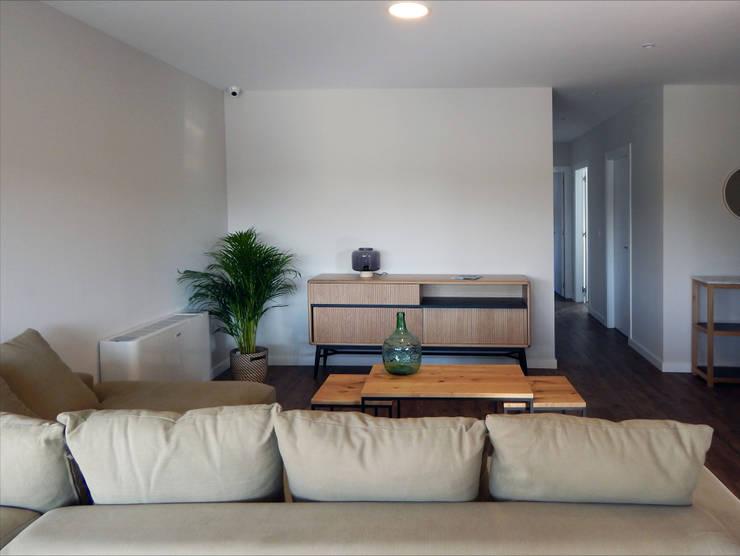 Salas de estilo  por Casas Cube