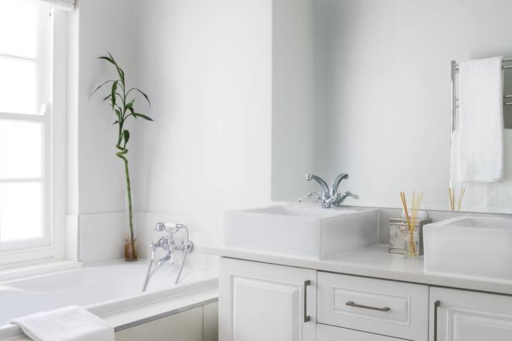 Bedroom two en-suite:  Bathroom by Salomé Knijnenburg Interiors