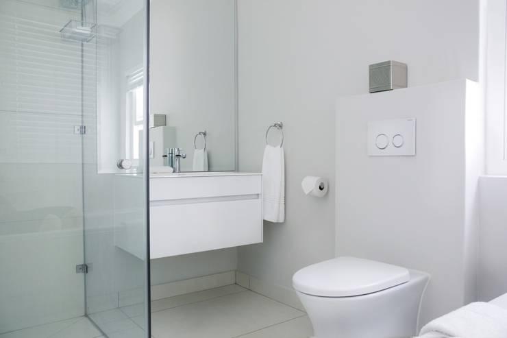 Bedroom three en-suite:  Bathroom by Salomé Knijnenburg Interiors