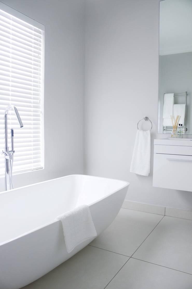 Bedroom four en-suite:  Bathroom by Salomé Knijnenburg Interiors