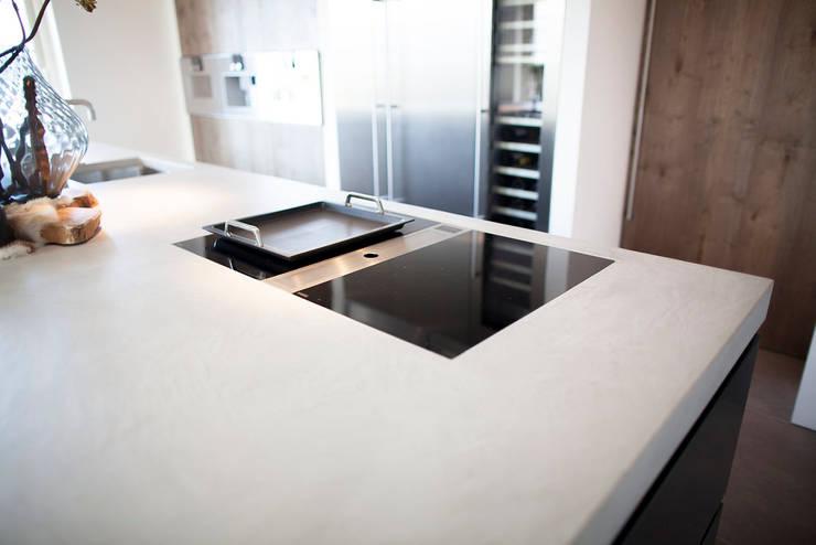 Keuken stoer gestoomd eiken in combinatie met mortex:  Keuken door Wood Creations