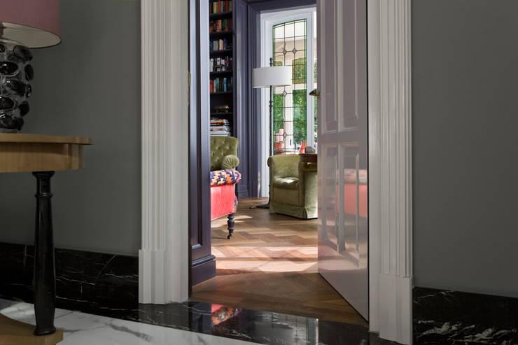 Klassiek Engelse deur met architraaf, tailor-made:  Ramen door Vonder
