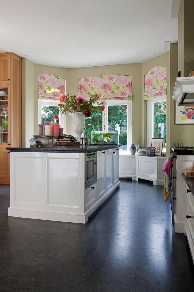 Engelse keuken, tailor-made:  Keuken door Vonder