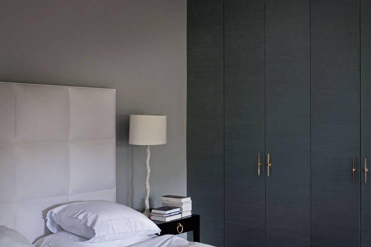 Met linnen bespannen garderobekasten:  Slaapkamer door Vonder