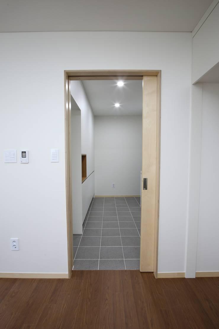 도장리 주택: 위드하임의  욕실,모던