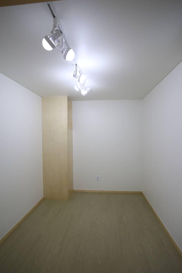 도장리 주택: 위드하임의  방,모던