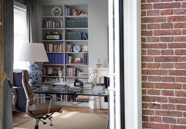 Werkkamer met eenvoudige Library:  Studeerkamer/kantoor door Vonder