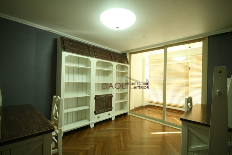 KCC 아파트: 다올디자인의  거실,