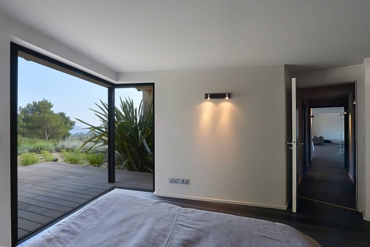 Réinvention Maison / La Cadière d'Azur: Chambre de style  par Atelier Jean GOUZY