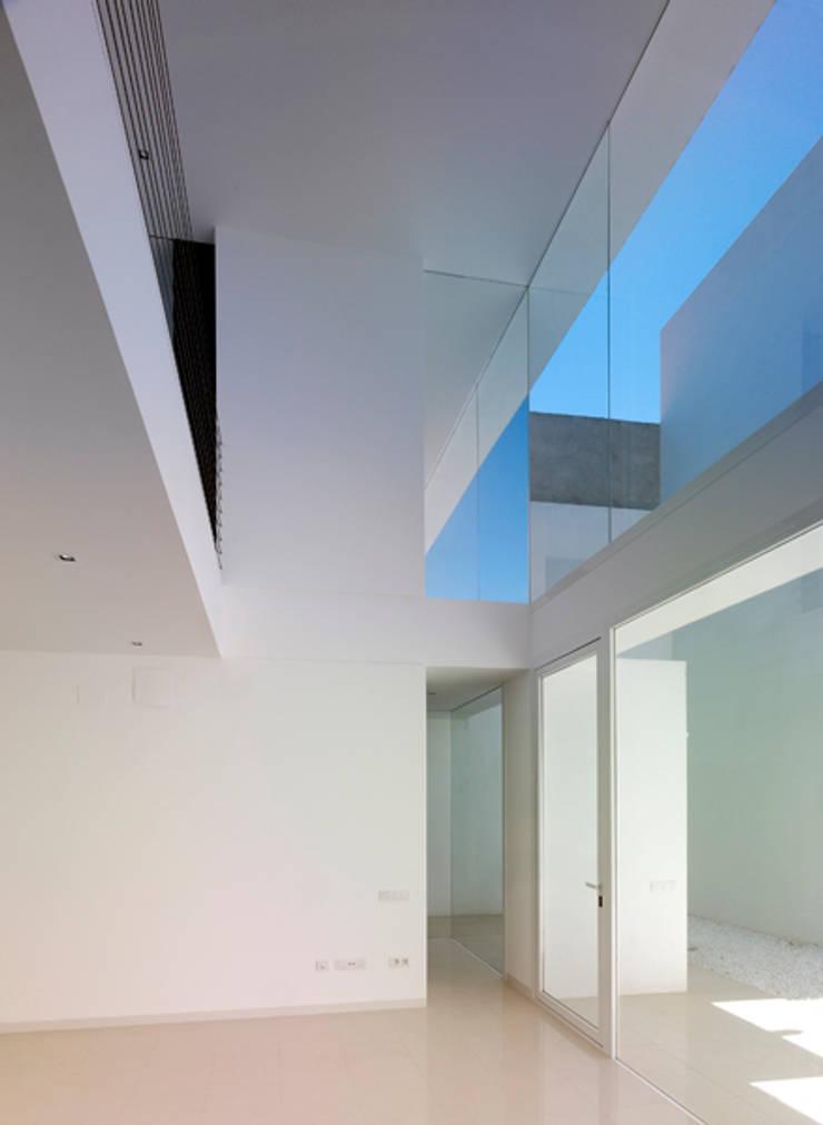 Vivienda Ll: Salas de estilo  por Vila Suárez, Minimalista