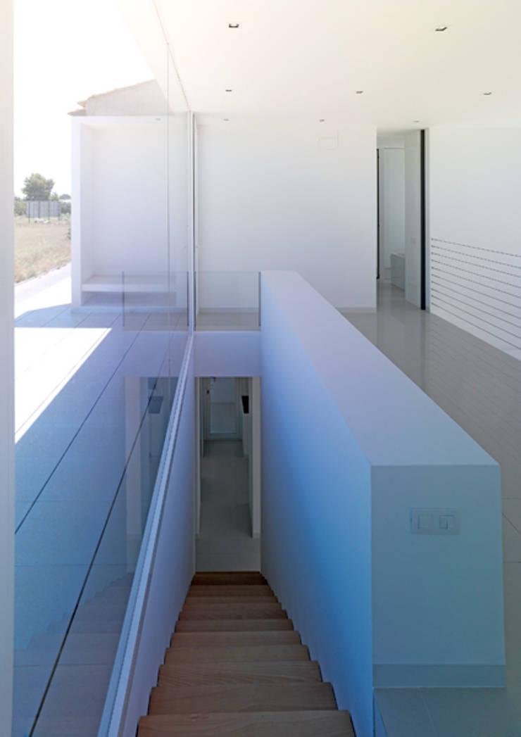 Vivienda Ll: Pasillos y recibidores de estilo  por Vila Suárez, Minimalista