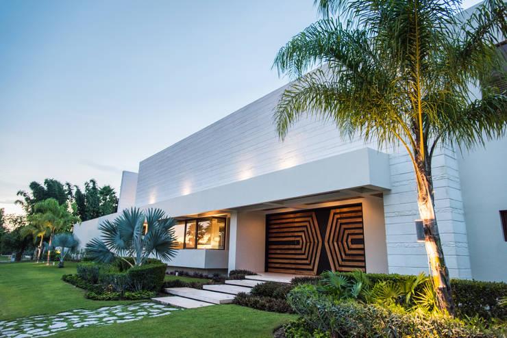 fachada y puerta principal: Estudios y oficinas de estilo  por AMEC ARQUITECTURA