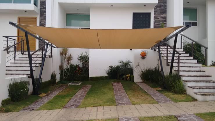 Cubierta NA [León, Gto.]: Garajes de estilo  por 3C Arquitectos S.A. de C.V., Moderno Hierro/Acero