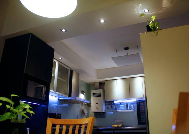 Iluminación LED cálida en zona de comedor:  de estilo  por De Signo +