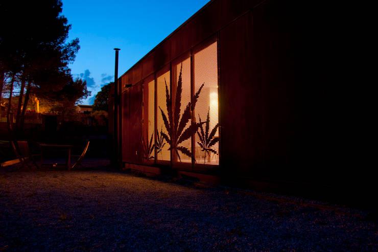 MENTA HOUSE: Casas de estilo industrial por james&mau